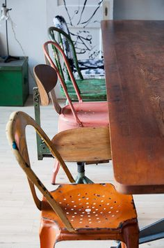 great mix of vintage chairs - :: salas de jantar :: Mismatched Chairs, Old Chairs, Vintage Chairs, Dining Chairs, Dining Rooms, Metal Chairs, Dining Set, Loft Industrial, Vintage Industrial