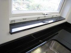 #Granit #Fensterbänke halten jeden Wetter stand, egal ob sie intensiven Sonneneinstrahlungen oder arktischen Temperaturen ausgesetzt sind.   http://www.caesarstone-deutschland.com/granit-fensterbaenke-eindrucksvolle-granit_fensterbaenke