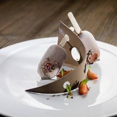 "7,288 tykkäystä, 46 kommenttia - @chefsofinstagram Instagramissa: ""Strawberry Caramel in a Chocolate Ice cream. ✅ By - @chefjoelperriard / @alexbuschor ✅ .…"""