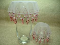 modelos de cubre jarras - Buscar con Google Wine Glass, Glass Vase, Bordados E Cia, Fabric Beads, Sweet Dress, Arts And Crafts, Sewing, Tableware, Gifts