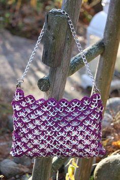 Tölkinnipsuista askartelu on oma hulluuden lajinsa Can Tab Crafts, Diy And Crafts, Arts And Crafts, Pop Tab Purse, Belt Purse, Pop Can Tabs, Soda Tabs, Pop Cans, Crochet Purses