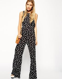 Find the best selection of ASOS Reclaimed Vintage Jumpsuit In Mono Ditsy Print. Shop today with free delivery and returns (Ts&Cs apply) with ASOS! Vintage Overall, Vintage Jumpsuit, Ditsy, Jumpsuits For Women, Fashion Online, Ideias Fashion, Asos, Floral Prints, Rompers