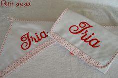 Cambiador y toalla para bebé con nombre bordado.  #cambiador #bebé #toalla #bordado