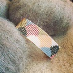 Manchette perles Miyuki graphique et si ça vous inspire retrouvez tout le matériel nécessaire sur https://la-petite-epicerie.fr/fr/720-perles-miyuki-brickstitch-peyote-acheter-pas-cher