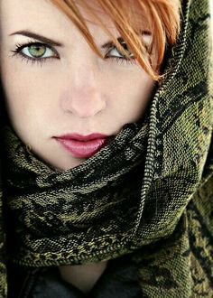 Fair skin bright against the heavy green scarf. pink lips drawn into a pout and intense green eyes cut into a focused star under her furrowed eyebrow warm red hair fell across her forhead like soft feathers Beautiful Redhead, Beautiful Eyes, Beautiful People, Beautiful Women, Pretty Eyes, Cool Eyes, Kreative Portraits, Girl With Green Eyes, Red Hair Green Eyes