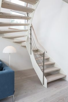 HPL-Treppe mit weißer Wange und Relinggeländer; Stufen und Handlauf in der Holzart Douglasie weiß gekälkt (vom Kunden selbst gekälkt).