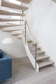 HPL-Treppe mit weißer Wange und Relinggeländer; Stufen und Handlauf in der…