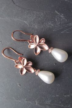 Rose gold pearl earrings make the perfect earrings for a bride who loves the elegance of rose gold with a classic pearl touch. Perfect for a vintage inspired wedding. Rose Gold Earrings, Pearl Drop Earrings, Bridal Earrings, Wedding Jewelry, Etsy Jewelry, Handmade Jewelry, Jewellery, Bling Wedding, Dream Wedding