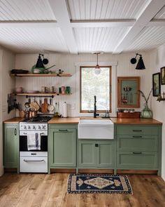 Küchen Design, House Design, Interior Decorating, Interior Design, Cabin Decorating, Decorating Ideas, Green Kitchen, Earthy Kitchen, Small Cottage Kitchen
