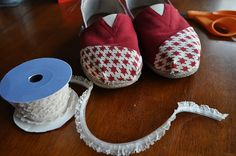 I Am Momma - Hear Me Roar: TOMS Shoe Makeover. For when the inevitable day when my TOMS are worn out. Shoe Makeover, Cheap Toms Shoes, Do It Yourself Fashion, Ideas Geniales, Valentino Rockstud, Old Hollywood Glamour, Kinds Of Shoes, Fancy Pants, Shoe Sale