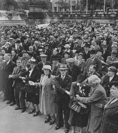 Twenty-three Evocative Photographs of London in 1953 - Flashbak Uk History, London History, British History, London Pictures, London Photos, Vintage London, Old London, Ordinary Lives, Life Is Hard