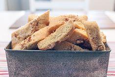 Oppskriften til disse kakene er meget gammel og jegskrevden av fra min oldemorshåndskrevnekokebok. Sirlig løkkeskrift anno 1927 på gammelt tyntgulnet papir kan være en utfordring men her er de, deilige tebrød som er nært beslektet med italienske biscotti. Healthy Cookies, Cornbread, Change, Snacks, Baking, Ethnic Recipes, Food, Healthy Biscuits, Bread Making