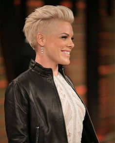 Wunderbare Mädchen Frisuren Hochsteckfrisuren Ideen – Pink – - All For Wedding Hair Style Mohawk Hairstyles, My Hairstyle, One Side Shaved Hairstyles, Short Edgy Hairstyles, Ladies Hairstyles, Medium Hairstyles, Natural Hairstyles, Hairstyle Ideas, Wedding Hairstyles