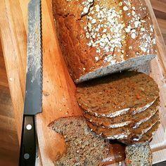 Wer knuspriges und saftiges Vollkornbrot selber backen möchte, hat hier das perfekte Rezept. Ganz ohne Weizenmehl, dafür aber mit Roggen- und Dinkelmehl.