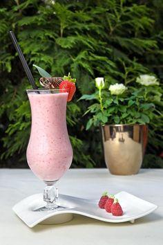 Shake de morango (Foto: Divulgação) Milk Shakes, Comidas Light, Beverages, Drinks, Quinoa, Food And Drink, Sweets, Healthy Recipes, Fitness