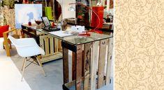 Escrivaninha feita com caixotes de madeira. Veja outras ideias criativas de ecodesign para a sua casa no blog!
