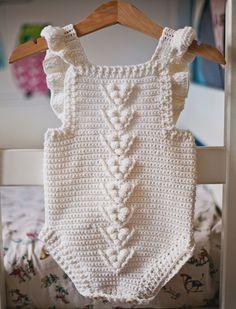 Ravelry: crochet Berry Romper pattern by Mon Petit Violon Crochet Romper, Crochet Baby Clothes, Crochet Baby Hats, Baby Blanket Crochet, Crochet For Kids, Newborn Crochet, Baby Clothes Patterns, Baby Knitting Patterns, Baby Patterns