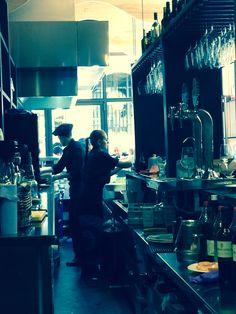 Mar de Alborán, nuevo bar en Calle Ganivet (Granada) donde fríen bien el pescado, son rápidos y tienen buenos precios. Además, venden cucuruchos de pescado para llevar. Yo me lo apunto. Granada, Times Square, Travel, The Neighbourhood, Street, St Michael, Viajes, Grenada, Traveling