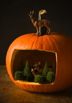 Who says pumpkin carving is just for Halloween? This Pumpkin Diorama is a fun and quirky decoration for Thanksgiving! Easy Halloween Crafts, Fete Halloween, Halloween Birthday, Holidays Halloween, Fall Crafts, Halloween Pumpkins, Holiday Crafts, Happy Halloween, Halloween Scene