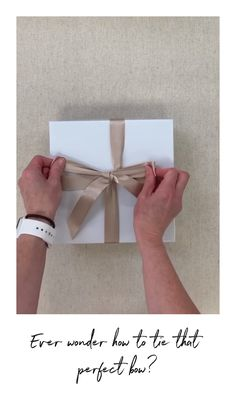 How to video demonstrating how to tie a perfect bow for your gift and packages. DIY Silk Ribbon Bows and bow tying techniques How to video demonstrating how to tie a perfect bow for your gift and packages. DIY Silk Ribbon Bows and bow tying techniques Diy Crafts Hacks, Diy Crafts For Gifts, Diy Projects, Decor Crafts, Diy Gifts For Him, Curated Gift Boxes, Gift Wraping, Creative Gift Wrapping, Wrapping Gifts