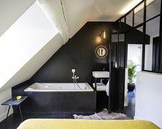 Lovely Market - News - Maison de charme - Chez Laurence Du Tilly Sloped Ceiling Bathroom, Attic Bathroom, Room Planning, Simple Bathroom, Bathroom Renovations, Clawfoot Bathtub, Bathroom Inspiration, Home Deco, New Homes