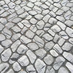 Louhiki saumattuna mustalla Grepur sauma-aineella http://www.rudus.fi/pihakivet