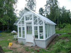 nytt växthus med gamla fönster