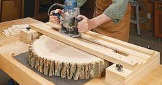 """artigo para confecção desse gabarito de aplainamento com tupia, em inglês que pode ser traduzido: T""""rabalho com um monte de madeira serra... Diy Router, Wood Router, Router Woodworking, Woodworking Techniques, Woodworking Projects Diy, Diy Wood Projects, Wood Crafts, Router Sled, Woodworking Images"""