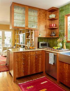 Cuisine aux placards en bois donnant sur le séjour