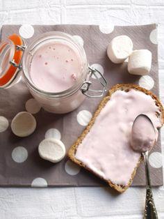 Le fluff est légende Outre Atlantique, il a le même succès que le Nutella en France... Mais c'est quoi du Fluff, c'est du Chamallows à tartiner, on peut en mettre sur ces tartines, sur ces gâteaux ou y plonger une cuillère et le déguster telle quel (bah...