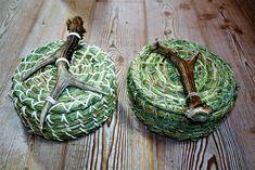Aufbewahrungskörben  für Schmuck oder ähnliches aus unterschiedlichen Gräsern aus Wald und Wiese.  28 € Weaving, Christmas Ornaments, Holiday Decor, Paper, Arts And Crafts, Basket, Woodland Forest, Christmas Jewelry, Loom Weaving