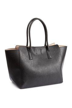Bolsa shopper: Bolsa shopper en piel sintética grabada con dos asas y cierre magnético oculto en la parte superior. Sin forrar. Medidas 30x33 cm.