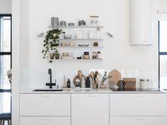 keittiön avohyllyt Hana, Bathroom Medicine Cabinet, Floating Shelves, Home Decor, Kitchens, Decoration Home, Room Decor, Wall Shelves, Home Interior Design