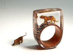 Jungle fever – wild tiger ring with a black-brown mini-tiger on a ring with…
