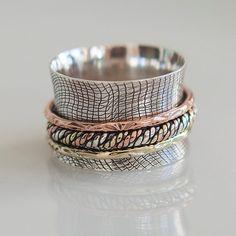 hermosa combinación de anillo de plata con elementos de bronce y cobre. el anillo interior de la gran anillo está girando para mantener su nivel de