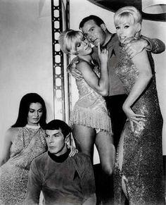 "Maggie Thrett, Leonard Nimoy, Susan Denberg, William Shatner and Karen Steele Star Trek: ""Mudd's Women"" (Il filtro di Venere) TV Episode, 1966 (behind the scene) Star Trek 1966, Star Trek Tv, Star Wars, Star Trek Original Series, Star Trek Series, Star Trek Enterprise, Spock, Akira, Karen Steele"