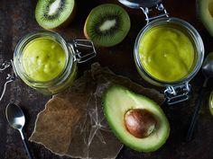 Den här nyttiga smoothien passar lika bra till frukost som mellis eller när du är sugen på något gott.