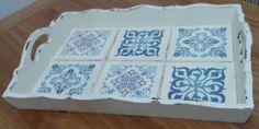 Bandeja retangular, pintada com estilo provençal. Fundo da bandeja com falso azulejo português. R$ 70,00