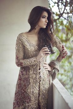 Beige Front Open Back Trail Gown – Deep Red Banarsi Skirt – Mehndi Wear – Latest Party Dresses – Bridal Lehenga 2019 Pakistani Couture, Pakistani Wedding Dresses, Pakistani Outfits, Indian Dresses, Indian Outfits, Indian Bridal, Bridal Collection, Winter Collection, Dress Collection