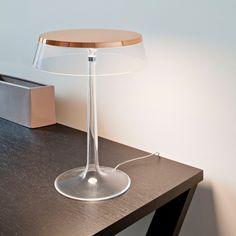 Die moderne Tischleuchte in Kupfer von Flos eignet sich für das Schlafzimmer, Wohnzimmer oder auch für das Büro.