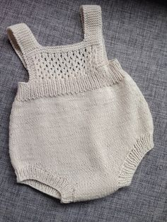 Ravelry Kirstisi S Hentesett I Blått - Alaskacrochet.Com - Diy Crafts - hadido Knitted Baby Clothes, Knitted Romper, Newborn Crochet Patterns, Baby Patterns, Diy Romper, Onesie Pattern, Knitting For Kids, Diy Crafts Knitting, Baby Cardigan