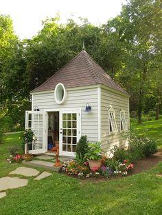 Büyükler için yapılmış bir oyun evine benzeyen bu güzel mi güzel kulübe.