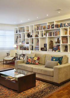Sala de estar com estante para livros Cantinhos de leitura para todos os gostos Built In Shelves Living Room, Home Library Design, Diy Bedroom Decor, Home Decor, Home Living Room, Family Room, Sweet Home, New Homes, Sofa