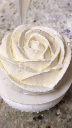 pipingtechniques amauryguichon techniques pipingtips putonapron beautiful adorable flower piping video rose by Flower Piping Techniques Beautiful piping techniques Video by amauryguichon Adorable roseYou can find Desserts videos and more on our website Cake Decorating Videos, Cake Decorating Techniques, Cake Decorating Piping, Decorating Tips, Food Cakes, Cupcake Cakes, Mini Cakes, Easy Cake Recipes, Dessert Recipes