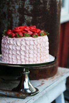 Randig jordgubbstårta med choklad och rabarber