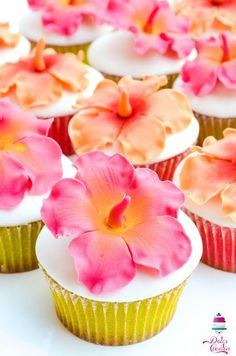 Cupcakes - They make me want to twirl . wonder if I could master these for my tea parties? (I even have that cake stand - Hobby Lobby! Moana Birthday Party, Hawaiian Birthday, Moana Party, Luau Birthday, Birthday Cupcakes, Hawaiian Luau, Birthday Ideas, Happy Birthday, Cupcake Frosting