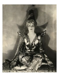 Jeanne Jacqueline Harper in a costume by William Weaver for the Persian Fête at the Plaza Hotel, 1924 (a benefit for the Big Sisters charity). Photo by Edward Steichen for Vogue. She was barely 16 here. She would later marry, becoming Mrs. Edward Steichen, Vintage Witch Photos, Vintage Photographs, Alfred Stieglitz, Vintage Gothic, Vintage Beauty, Vintage Style, Victorian, Best Photographers