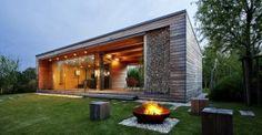Fachada de cabaña pequeña de madera