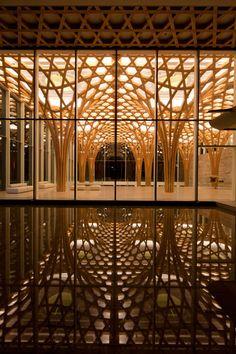 Golf Clubhouse con sorprendentes soportes arbóreos, espacios interiores generosos y abiertos