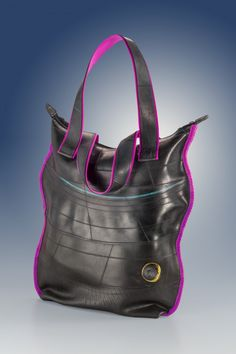 Encontrá Carteras, bolsos y accesorios en caucho reciclado desde $460. Accesorios, Indumentaria y más objetos únicos recuperados en MercadoLimbo.com.